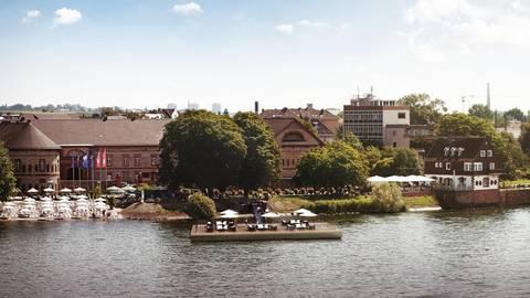 """So könnte sie aussehen, die schwimmende """"Rhein-Lounge"""", die die Bastion gern am Kasteler Rheinufer in Betrieb nehmen würde. Archivfoto: Bastion"""