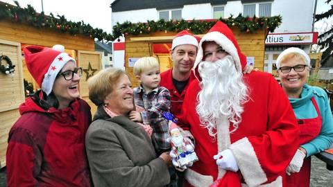 Auf dem kleinen Markt des Caritaszentrums kommt Vorfreude auf Weihnachten auf. Foto: Thomas Schmidt