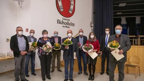 Zu sehen (von links) ist der neugewählte Biebesheimer Vorsitzende der Gemeindevertretung Hans-Georg Krings (SPD) mit den neuen Gemeindevorstandsmitgliedern  Gerfried Schmidt (FWB), Brigitte Freitag (SPD), Christoph Emmer (CDU), Walter Hammann (SPD), Hans Böttiger (CDU), Christine Meister (Grüne), Bürgermeister Thomas Schell und dem Ersten Beigeordneten Günter Müller (SPD). Foto: Vollformat/Robert Heiler