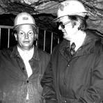 Nach der Entdeckung der Kristallhöhle gaben sich die Politiker die Klinke in die Hand. Hier erläutert Karl-Heinz Schröder (links) dem damaligen Landrat Georg Wuermeling die Arbeiten in dem Zugangsstollen, den der Höhlenverein in den Fels trieb. Rechts Schröders Ehefrau Margrit. Archivfoto: Höhlenverein Kubach