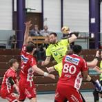 Till Buschmann (am Ball) erzielt für die HSG Bieberau/Modau bei der knappen 27:28-Pokalniederlage gegen den TV Kirchzell fünf Treffer. In Schwung kommen die Gastgeber erst nach 40 Spielminuten. Foto: Guido Schiek/VRM-Bild