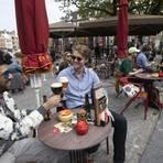 Niederlande, Utrecht: Männer stoßen auf einer Café-Terrasse an. Die Niederlande haben einige Einschränkungen zur Eindämmung der Corona-Pandemie gelockert und unter anderem Bereiche der Außengastronomie wieder geöffnet. Foto: Peter Dejong/AP/dpa