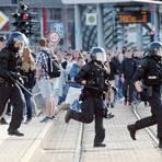 Polizisten laufen im Jahr 2018 nach dem Abbruch des Stadtfestes Chemnitz über eine Straße. Nach einem tödlichen Streit war es in der Innenstadt zu einer Demonstration gekommen. Archivfoto: dpa