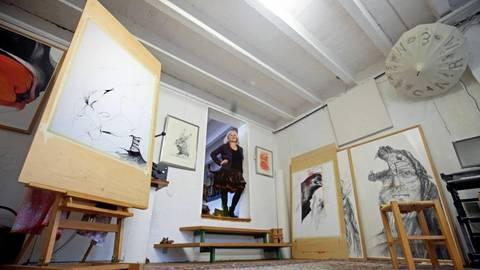 Daheim ist es doch am schönsten: Die Künstlerin Carmen Stahlschmidt in ihrem Atelier in Oppenheim. Foto: hbz/Michael Bahr  Foto: hbz/Michael Bahr