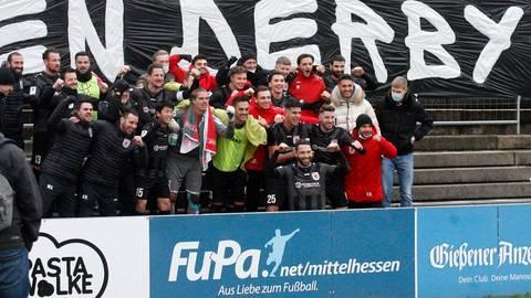 So jubeln Derbysieger: Die Spieler des FC Gießen lassen ihrer Freude nach dem 2:1-Coup freien Lauf. Foto: Ben