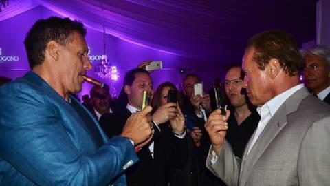 Gefragter und fotografierter Mann auf der Party: Arnold Schwarzenegger (re.). Auch Actionheld Ralf Moeller (li.) macht ein Bild. Foto: Anja Kossiwakis