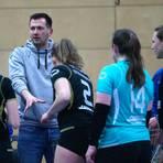 Peter Schlecht stimmt seine Mädels auf die letzten harten Prüfungen ein. Foto: Steffen Bär