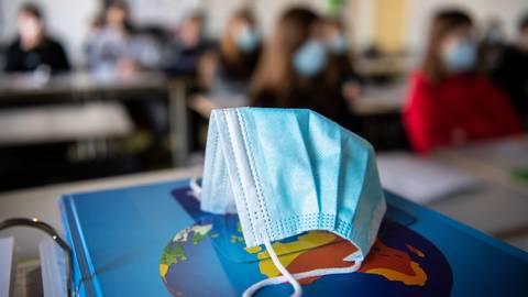 Lüften und Maske tragen gehören zum Alltag an allen Schulen.  Foto: dpa