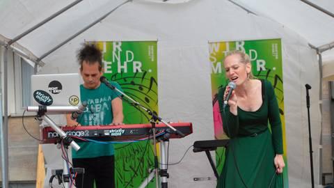 """Setzen auch musikalisch Zeichen: das Duo """"Strictly Mint"""" auf dem Limburger Europaplatz. Foto: Andreas E. Müller"""