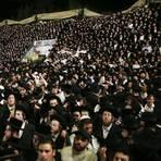 Menschen versammeln sich und feiern den jüdischen Feiertag Lag BaOmer auf dem Berg Meron. Bei einer Massenpanik auf einem jüdischen Fest im Norden Israels sind nach Angaben von Rettungskräften mindestens 38 Menschen ums Leben gekommen.  Foto: dpa