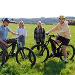 Wiese mit Schlossblick: Hier oberhalb des Solarfeldes in Solms soll ein sogenannter Dirt-Bike-Park entstehen: Levin Damm (v.l.), Nadine Eckert, Julia Meyers und Artur Lautenschläger.  Foto: Verena Napiontek