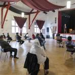 Im Haus der Kulturen in Mainz trafen sich 35 Vertreter von Gemeinschaftsunterkünften, um sich über die Corona-Impfung zu informieren.                 Foto: hbz/Stefan Sämmer