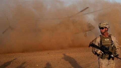 Ein US-Marinesoldat nimmt am Militärstützpunkt Shorab in der Provinz Helmand an einem Militär-Manöver mit der afghanischen Armee teil. Symbolfoto: dpa