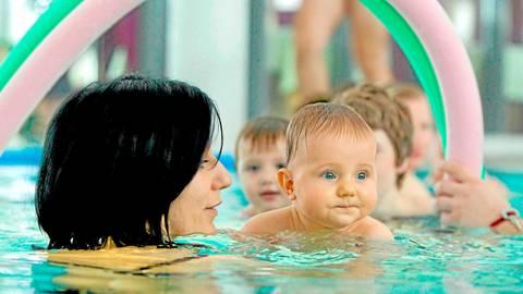 """Das Babyschwimmen und die Schwimmkurse für Kinder sind bei der Schwimmschule """"Plitsch-Platsch"""" in Wetzlar stark nachgefragt gewesen.  Archivfoto: Michael Reichel/dpa"""