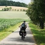 Mit dem Fahrrad radelte unsere Autorin über weite Felder an Kocher und Jagst entlang. Foto: Karin Kura