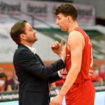 Ihr Herz in beide Hände nehmen wollen Trainer Rolf Scholz (l.), Alen Pjanic und die Gießen 46ers auch gegen Göttingen. Foto: Schepp