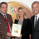 Hans-Christian Bosch (links) und Petra Bosch mit Minister Johannes Remmel.   Foto: privat