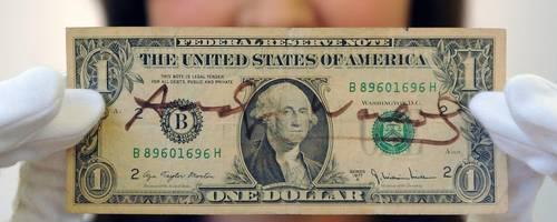 """Unter dem Stichwort """"Dorlar"""" werden bei Instagram Fotos vom US-Dollar gepostet. Offenbar ein Tippfehler. Foto: dpa"""