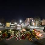 Ein Mann mit einem Grablicht in der Hand steht neben Blumengestecken, die an die Opfer erinnert. Ein Rechtsextremist hatte in Hanau am 19. Februar 2020 neun Menschen aus rassistischen Motiven erschossen. Foto: dpa Foto: dpa