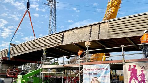 """Zwei Autokräne hoben am vergangenen Wochenende den Steg an und die Konstruktion wurde wieder an die """"korrekte"""" Stelle auf den rechten Brückenpfeiler justiert. Fotos: Rhein-Main-Deponie"""