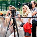 Lisa-Marie Kwayie von den Neuköllner SF kommentiert ihren Sieg im 100-Meter-Sprint vor zahlreichen Kameras, die im Wetzlarer Stadion postiert sind. Foto: Jörg Theimer