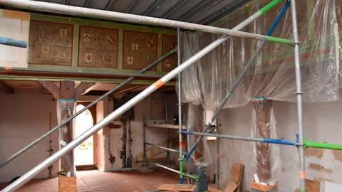 Hier wird gearbeitet. Altar und Orgel sind abgebaut, der Fußbodenbelag entfernt und der Putz ab. Plastikfolien verdecken die bunten Fenster.  Foto: Hortien