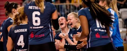 Die Emotionen müssen raus: Die Bundesliga-Volleyballerinnen um Sina Fuchs (Mitte) feiern ihren Erfolg in Potsdam. Foto: Julius Frick
