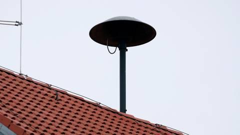 Heute wird bundesweit probegewarnt: Während im Vogelsbergkreis die Sirenen stumm bleiben, werden aber Warn-Apps, wie Katwarn, alarmieren. Fotos: dpa