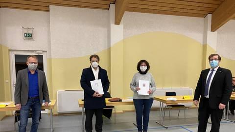 Carsten Ritz (links) und Lars Wicke (rechts) übergeben den Landesehrenbrief an Jens Heddrich und Renate Herrmann. Foto: Stadt Grebenau