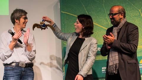 Die Bundesvorsitzende der Grünen, Annalena Baerbock, und die Landesvorsitzenden Jutta Paulus und Josef Winkler beim Parteitag in Bingen. Baerbock hält eine Bechsteinfledermaus aus Plüsch in der Hand, Symbol für den Stopp der Rodung des Hambacher Forsts.  Foto: Andreas Arnold / dpa