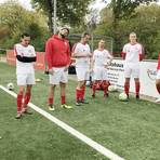Armin Sijaric (2. von links) bei der Ansprache von Trainer Pascal Tenkotten (nicht im Bild) vor dem Spiel gegen den SC Eschborn II. Foto: René Geilert