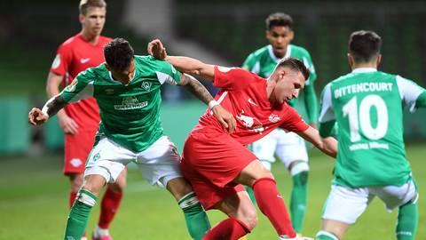 Bremens Davie Selke (links) und Leipzigs Willi Orban kämpfen um den Ball.  Foto: Carmen Jaspersen/dpa