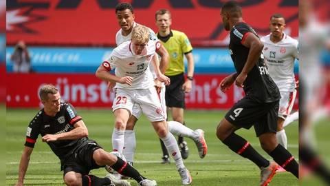 Der Leverkusener Sven Bender blockt den Mainzer Stürmer Jonathan Burkardt.  Fotos: rscp / Hasan Bratic