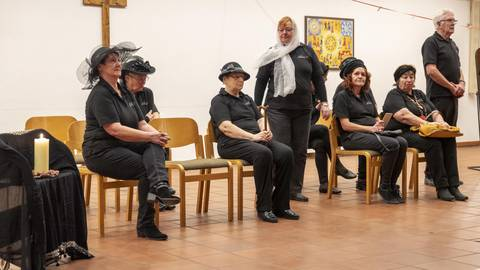 """""""Schwarze Witwen"""" versammeln sich bei der Werkstattaufführung zu einer rabenschwarzen, aber humorvollen Komödie. Foto: hbz/Stefan Sämmer"""