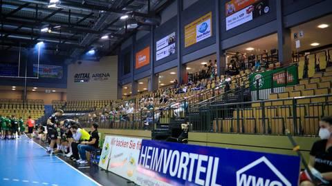Immerhin 150 Anhänger: Der erste Testlauf der HSG Wetzlar vor Zuschauern gelingt, doch die Atmosphäre leidet. Foto: Florian Gümbel