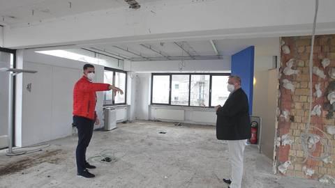 Investor Dzenis Mehmeti (l.) zeigt Bürgermeister Stephan Hinz die neuen Räume für das Eiscafé. Foto: hbz/Jörg Henkel