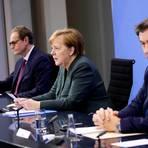Bundeskanzlerin Angela Merkel (CDU), Berlins Regierender Bürgermeister Michael Müller (l, SPD) und der CSU-Vorsitzende Markus Söder geben eine   Pressekonferenz im Bundeskanzleramt zu den Ergebnissen der Bund-Länder-Beratungen. Foto: Hannibal Hanschke/Reuters/Pool/dpa