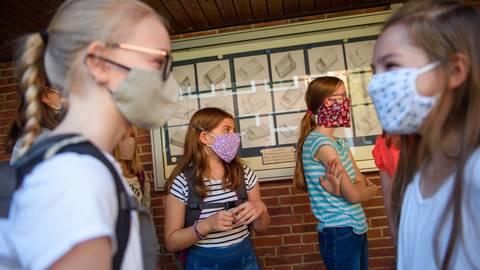 In vielen Orten in Hessen gilt wegen steigender Corona-Zahlen eine verschärfte Maskenpflicht an Schulen. Foto: dpa