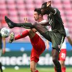 Kölns Mark Uth und der Mainzer Moussa Niakhate (rechts) im Zweikampf. Foto: dpa