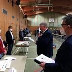 Renate Schmidt (links) wird als ehrenamtliche Stadträtin von Stadtverordnetenvorsteher Karl-Heinrich Laudon (Zweiter von rechts) vereidigt und erhält ihre Ernennungsurkunde aus den Händen von Bürgermeister Andreas Fey (rechts).  Foto: Heil