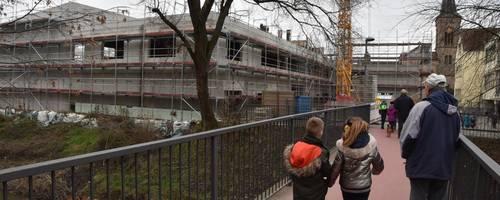 Die Arbeiten an der Mehrzweckhalle sowie die Erweiterung der Grundschule gehen voran. Die Inbetriebnahme soll Ende des Jahres erfolgen. Foto: Hans-Jürgen Brunnengräber