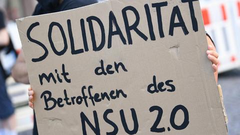 Sie wollen die Opfer der Polizeiaffäre nicht alleinlassen: Demonstranten in Wiesbaden fordern Solidarität ein.  Archivfoto: dpa