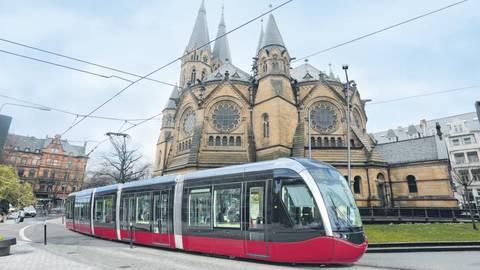 An der Ringkirche könnte die City-Bahn ein Stück ohne Oberleitung fahren, sagen die Planer. Bildmontage: VRM/sbi, Fotos: René Vigneron, bbsferrari - stock.adobe.com