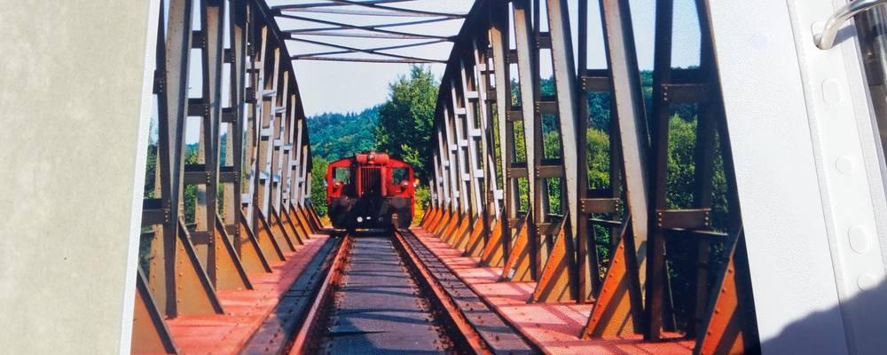 Nur noch Erinnerung: Ein Blick ins Fotoalbum von Neukirchens Ortsvorsteher Peter Schubert zeigt die frühere Brücke der Solmsbachtalbahn bei Bonbaden. Das Bauwerk wurde später abgerissen.  Foto: Pascal Reeber