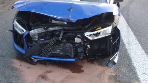 Der blaue Sportwagen war laut Zeugen mit deutlich erhöhter Geschwindigkeit auf ein vorausfahrendes Auto aufgeprallt. Foto: Autobahnpolizei