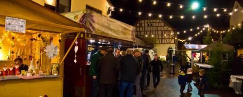 Zum 26. Mal ein Höhepunkt im Sommerlocher Dorfleben: der romantische Weihnachtsmarkt im alten Ortskern. Foto: Wolfgang Bartels