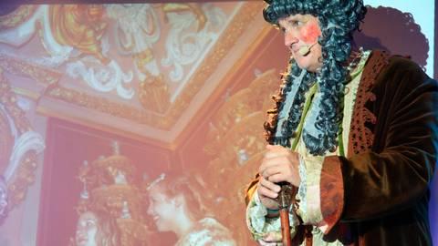 Der Graf ist zugegen: Bei der Vorstellung seines Erstlingswerks nimmt Thomas Hemp seine Zuhörer mit an den Weilburger Hof unter Graf Johann Ernst und schlüpft dafür in die Rolle des absolutistischen Herrschers.  Foto: Olivia Heß