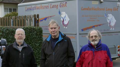 Die Drei vom Wochenmarkt (v.l.): Helmut Mattig, Dieter Synowzik und Friedel Winter. Das Foto wurde noch vor der Corona-Pandemie aufgenommen. Foto: Mattern