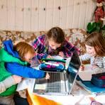 Familie Kalbfleisch beim gemeinsamen Schulunterricht. Foto: Anja Kierblewski