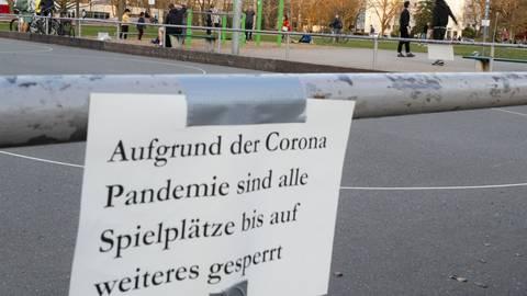 Viele öffentliche Plätze sind in Mainz aufgrund des Coronavirus gesperrt. Ordnungsamt und Polizei werden kontrollieren, ob die Verbote eingehalten werden. Foto: Sascha Kopp